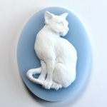 Plastic Cameo - Cat Sitting Oval 40x30MM WHITE ON BLUE