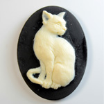 Plastic Cameo - Cat Sitting Oval 40x30MM IVORY ON BLACK